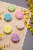 Tradycyjni mooncakes na stołowym położeniu Śnieżni skór mooncakes CH Obrazy Stock