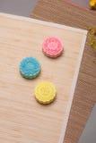 Tradycyjni mooncakes na stołowym położeniu Śnieżni skór mooncakes CH Obrazy Royalty Free