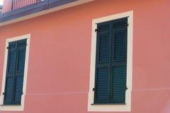 Tradycyjni okno włoszczyzna dom w wiosce Manarola, Cinque Terre park narodowy - Obraz Royalty Free