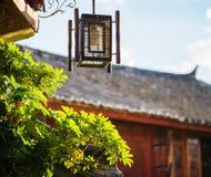 Tradycyjni orientalni Chińscy uliczni lampionu i zieleni liście fotografia stock