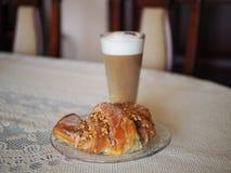 Tradycyjni połysku st oknówek croissants w Poznańskim i kawowym Latte obraz stock