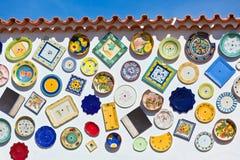 Tradycyjni portuguese garncarstwo talerze na ścianie w Algarve Obraz Royalty Free
