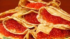 Tradycyjni Rosyjscy blini bliny z czerwonym kawiorem Nale?nikowy tydzie? Maslenitsa jest Wschodnim Slawistycznym tradycyjnym waka zdjęcie royalty free