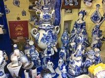 Tradycyjni Rosyjscy pamiątkarscy Gzhel porcelany figurins w pamiątce wprowadzać na rynek Zdjęcie Stock
