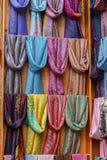 Tradycyjni scarves w rynku Zdjęcia Royalty Free