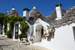 Tradycyjni trulli domy z symbolem na dachach, Alberobello, Włochy Obrazy Royalty Free