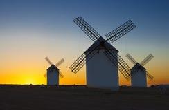 Tradycyjni wiatraczki przy wydźwignięciem, Campo De Criptana, Hiszpania Zdjęcie Stock