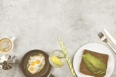 Tradycyjny śniadanie - grzanka od żyto chleba z avocado, smażącym Obrazy Stock
