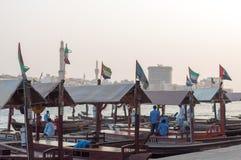 Tradycyjny Abra przewozi przy zatoczką w Dubaj, Zjednoczone Emiraty Arabskie obraz royalty free