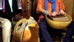 Tradycyjny afrykański muzyczny zespół bawić się melodię zbiory