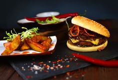 Tradycyjny amerykański gość restauracji z hamburgerem Obraz Stock