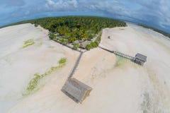 Tradycyjny autentyczny overwater pokrywał strzechą dachowego bungalow rodzimych lokalnych aborygenów Micronesian ludzie w atol la zdjęcia stock
