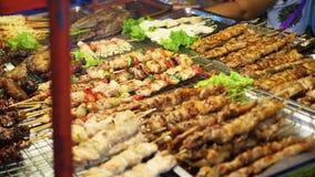 Tradycyjny Azjatycki mięsny satay uliczny karmowy kulinarny plenerowy przy nocą Południowo-wschodni Asia zbiory
