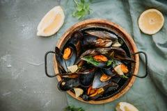 Tradycyjny błękitny mussel w białym winie na kamieniu obrazy royalty free