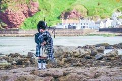 Tradycyjny bagpiper w szkockich średniogórzach Fotografia Royalty Free