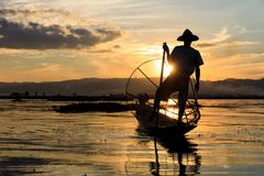 Tradycyjny Birmański rybak przy Inle jeziorem, Myanmar sławny dla ich wyróżniający jeden iść na piechotę wioślarstwo styl obraz stock