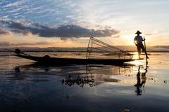 Tradycyjny Birmański rybak przy Inle jeziorem, Myanmar sławny dla ich wyróżniający jeden iść na piechotę wioślarstwo styl zdjęcie stock