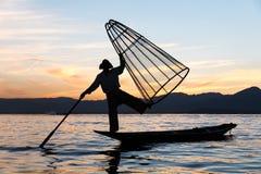 Tradycyjny Birmański rybak przy Inle jeziorem, Myanmar sławny dla ich wyróżniający jeden iść na piechotę wioślarstwo styl obraz royalty free