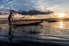 Tradycyjny Birmański rybak przy Inle jeziorem, Myanmar sławny dla ich wyróżniający jeden iść na piechotę wioślarstwo styl zdjęcia royalty free