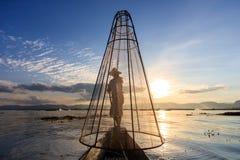 Tradycyjny Birmański rybak przy Inle jeziorem, Myanmar sławny dla ich wyróżniający jeden iść na piechotę wioślarstwo styl zdjęcia stock
