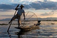 Tradycyjny Birmański rybak przy Inle jeziorem, Myanmar sławny dla ich wyróżniający jeden iść na piechotę wioślarstwo styl obrazy stock