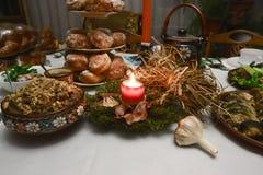 Tradycyjny boże narodzenie stół w Ukraina, dwanaście bezmięsnych naczyń: kutya, smażąca ryba, pieczarkowy zrywanie, śledź, bejcow fotografia royalty free