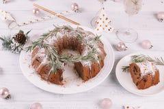 Tradycyjny Bożenarodzeniowy owoc tort na białym drewnianym stole obrazy royalty free