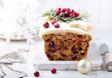 Tradycyjny Bożenarodzeniowy owoc torta pudding z marcepanami i cranberry fotografia stock