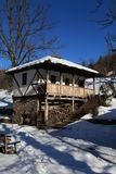 Tradycyjny bulgarian dom podczas zimy, Etar, Gabrovo, Bułgaria obraz stock