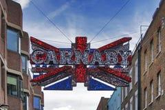 Tradycyjny Carnaby znaka ulicznego uliczny łuk Ulica jest sławna dla swój mody przechuje Zdjęcie Royalty Free