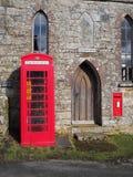 Tradycyjny czerwony Brytyjski jawny telefoniczny pudełko modyfikujący mieścić defibrillator jednostkę, Dartmoor Obrazy Royalty Free
