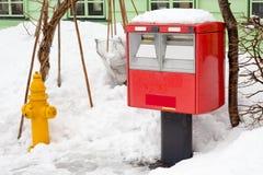 Tradycyjny czerwony japoński postbox przy zima czasem zakrywającym Zdjęcia Royalty Free