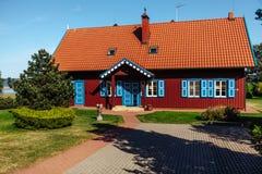 Tradycyjny czerwony rybaka ` s dom w Nida, Lithuania fotografia stock