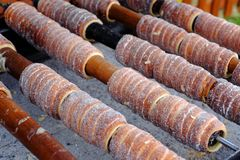 Tradycyjny Czeski karmowy ` Trdelnik ` Popularny naczynie wśród turystów przygotowany na drewniani skewers nad gorącymi węglami obraz stock