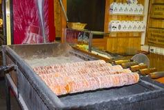 Tradycyjny czeski trdelnik pieczenie na ulicie Fotografia Stock