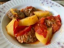 Tradycyjny Domowej roboty Turecki Karmowy Kofte, Kofta z/Pomidorowym kumberlandem i grulami obrazy royalty free