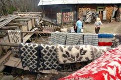 Tradycyjny drewniany bełkowisko w Rumuńskiej wiosce Obrazy Royalty Free