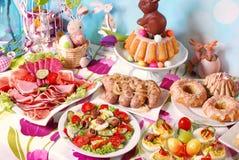 Tradycyjny Easter śniadanie na świątecznym stole Obrazy Royalty Free
