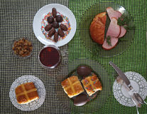 Tradycyjny Easter obiadowy ustawiający z pokrojonym mięsem, chlebem z ziele, handmade barwionymi jajkami, czekoladami, Easter tor Zdjęcia Stock