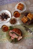 Tradycyjny Easter obiadowy ustawiający z pokrojonym mięsem, chlebem z ziele, handmade barwionymi jajkami, czekoladami, Easter tor Zdjęcie Royalty Free
