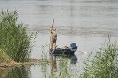 Tradycyjny egipski beduiński rybak na rzece płochami Obraz Stock
