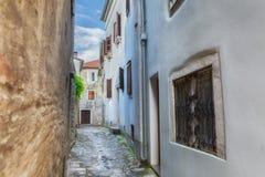 Tradycyjny Europejski Śródziemnomorski architektoniczny styl w ulicach domach i, jard, ganeczki, schodki, żaluzje w popołudniu Zdjęcia Royalty Free