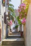 Tradycyjny Europejski Śródziemnomorski architektoniczny styl w ulicach domach i, jard, ganeczki, schodki, żaluzje w popołudniu Obraz Stock