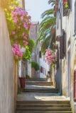 Tradycyjny Europejski Śródziemnomorski architektoniczny styl w ulicach domach i, jard, ganeczki, schodki, żaluzje w popołudniu Zdjęcie Stock