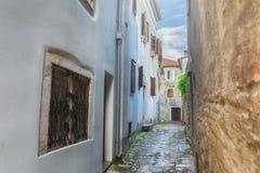 Tradycyjny Europejski Śródziemnomorski architektoniczny styl w ulicach domach i, jard, ganeczki, schodki, żaluzje w popołudniu Obraz Royalty Free