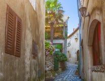 Tradycyjny Europejski Śródziemnomorski architektoniczny styl w ulicach domach i, jard, ganeczki, schodki, żaluzje w popołudniu Zdjęcia Stock