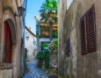 Tradycyjny Europejski Śródziemnomorski architektoniczny styl w ulicach domach i, jard, ganeczki, schodki, żaluzje w popołudniu Fotografia Stock