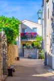 Tradycyjny Europejski Śródziemnomorski architektoniczny styl w ulicach mieszkaniowych domach i, jard, ganeczki, schodki, żaluzje  Zdjęcie Royalty Free