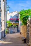 Tradycyjny Europejski Śródziemnomorski architektoniczny styl w ulicach mieszkaniowych domach i, jard, ganeczki, schodki, żaluzje  Zdjęcie Stock