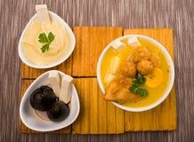 Tradycyjny fanesca porci obsiadanie na drewnianej powierzchni z akcesoriami obok go tak jak molo figa i puree ziemniaczane Zdjęcie Stock
